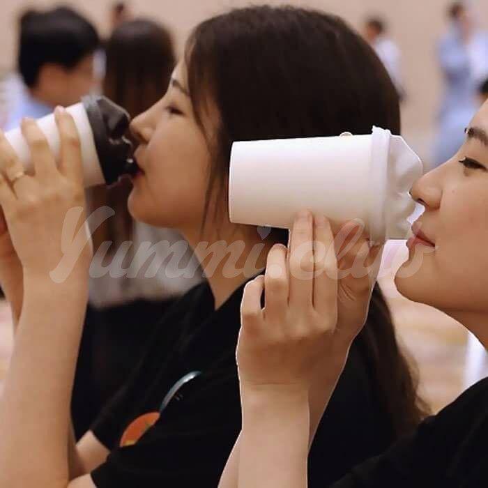 На фото В Корее появились кофейные стаканы для поцелуев