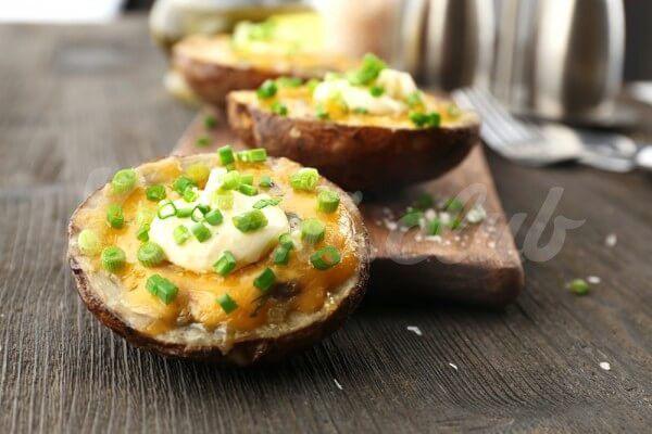 На фото Запеченный картофель в духовке с сыром