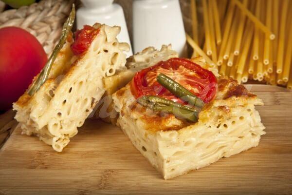 На фото Запеканка из макарон с тремя видами сыра