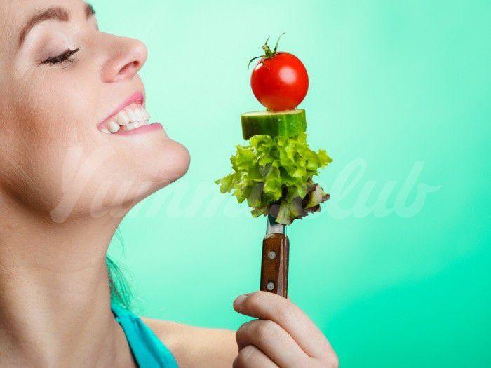 На фото Несколько фактов о пользе салатов