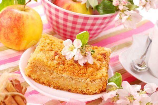 На фото Тертый пирог с творогом и яблоками