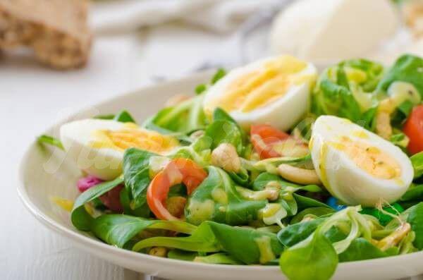 На фото Салат из овощей и яиц