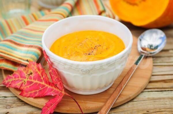 На фото Тыквенный крем-суп на курином бульоне