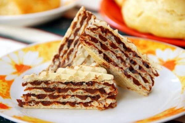 На фото Вафельный торт со сгущенкой