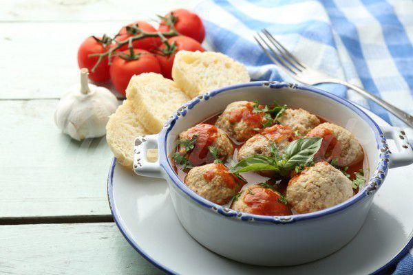 На фото Куриные фрикадельки в томатном соусе