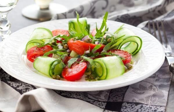 На фото Салат из лосося и свежих овощей