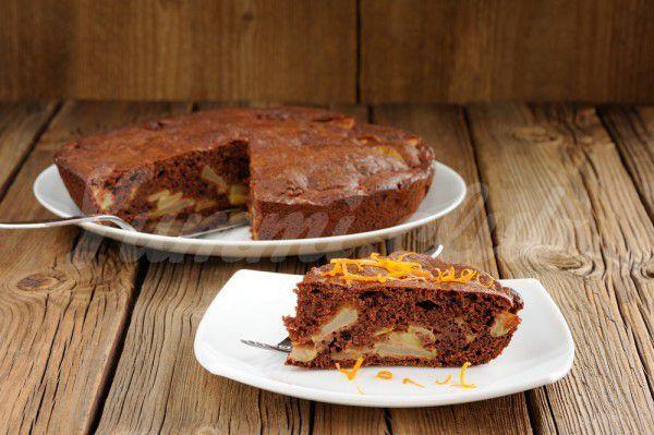 На фото Шоколадный пирог с яблоками и творогом