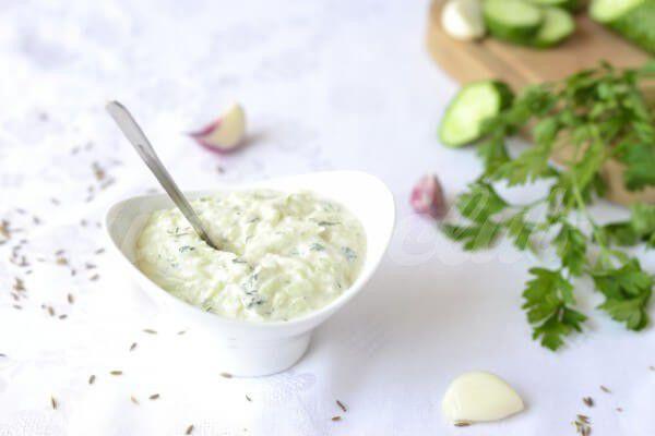 На фото Йогуртовый соус с чесноком