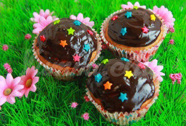 На фото Банановые кексы с шоколадной глазурью