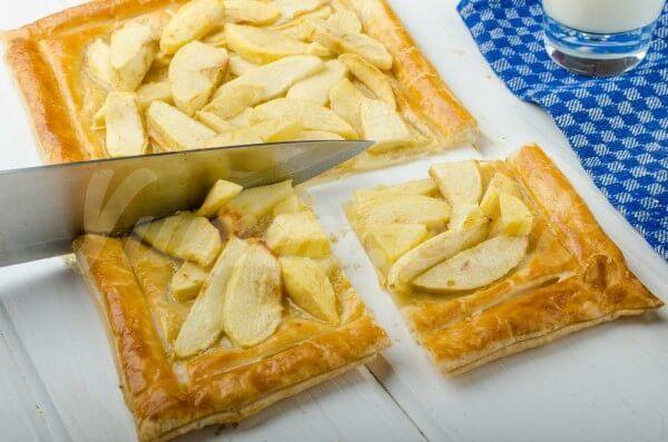 На фото Пирог из слоеного теста с яблоками