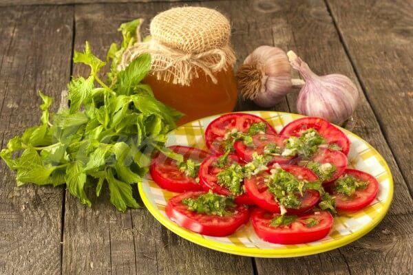 На фото Салат из помидоров с мятой