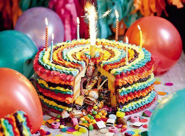 На фото Торт с сюрпризом – новый тренд праздничных угощений
