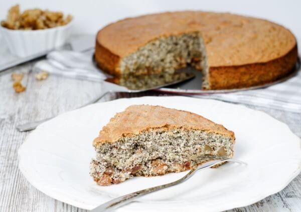На фото Пирог с маком и грецкими орехами