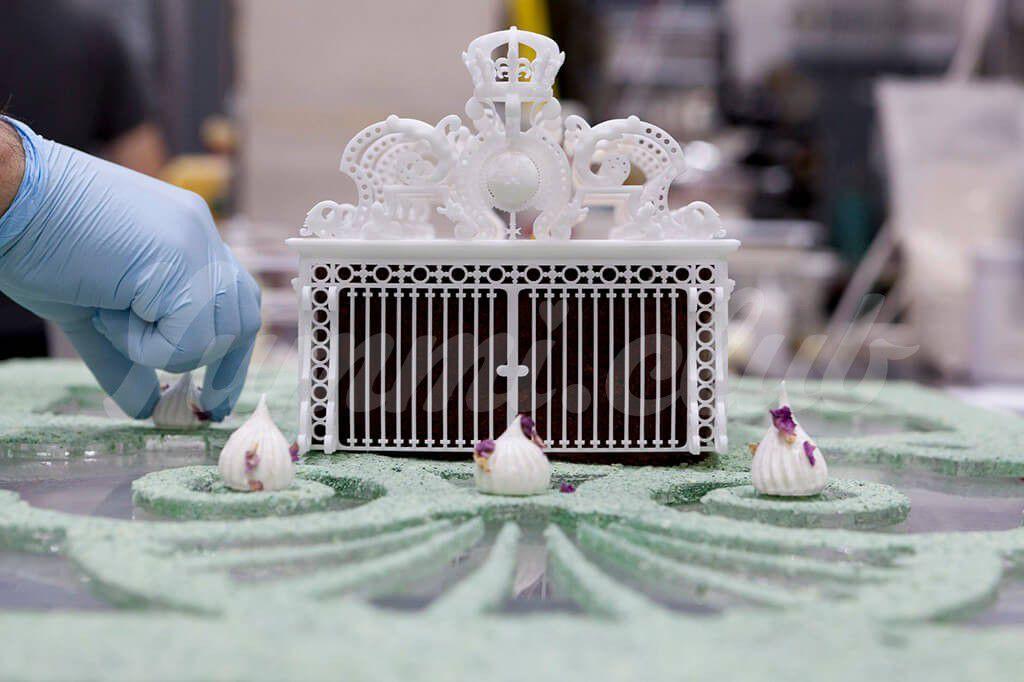 На фото Версальский дворец из сахара