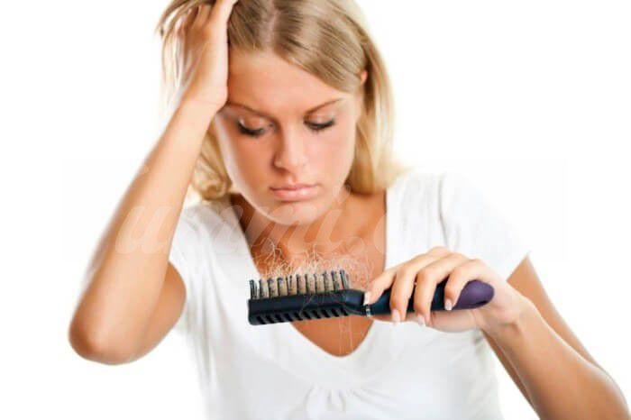 На фото Выпадение волос: возможные причины, советы по устранению