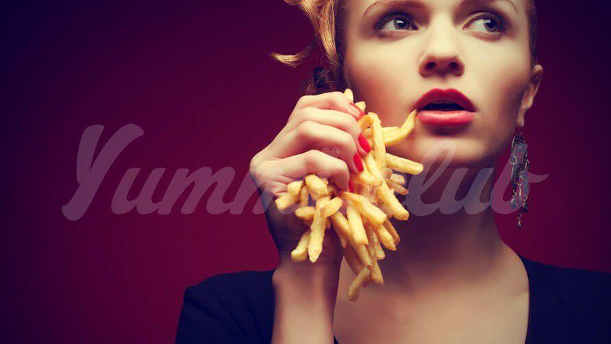 На фото Употребление еды на ходу может привести к набору веса