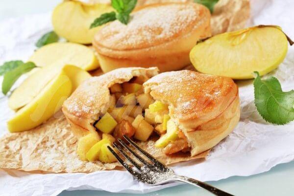 На фото Сочники с яблоками