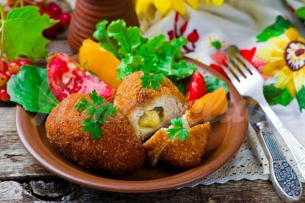 На фото Котлеты по-киевски с сырной начинкой
