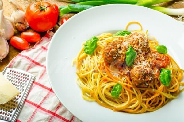На фото Простой рецепт спагетти с фрикадельками
