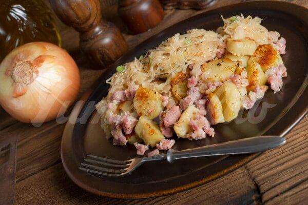 На фото Картофельные клецки с грудинкой и кислой капустой