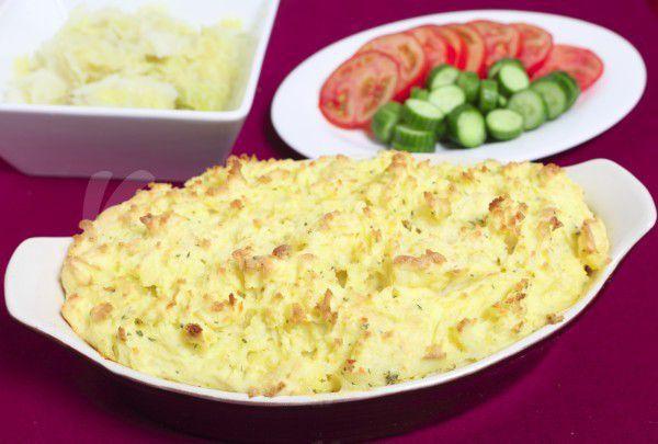 На фото Картофельная запеканка с рыбой по рецепту Джейми Оливера