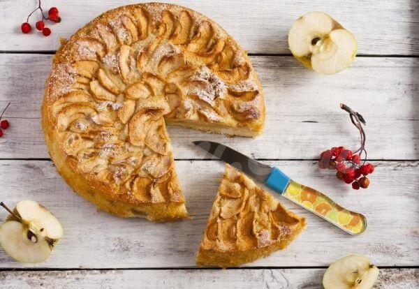 На фото Яблочный пирог на кефире с корицей