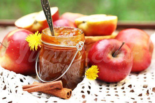 На фото Яблочное варенье с корицей