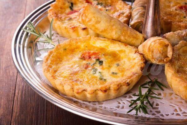 На фото Тарты с грушей, сыром и беконом