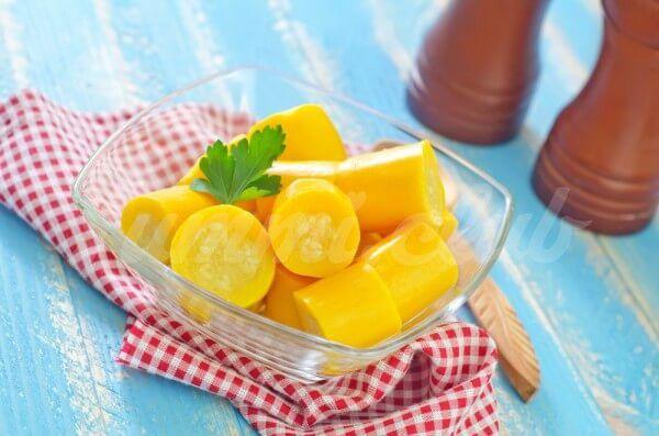 На фото Маринованные желтые кабачки