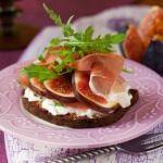 Рецепт Бутерброды с прошутто, инжиром и рукколой