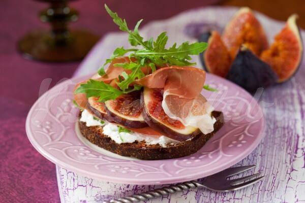 На фото Бутерброды с прошутто, инжиром и рукколой