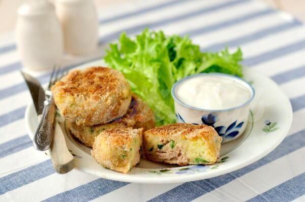 На фото Картопляники с рыбой и сыром