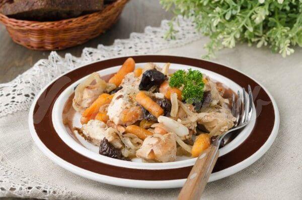 На фото Куриное филе с овощами и черносливом