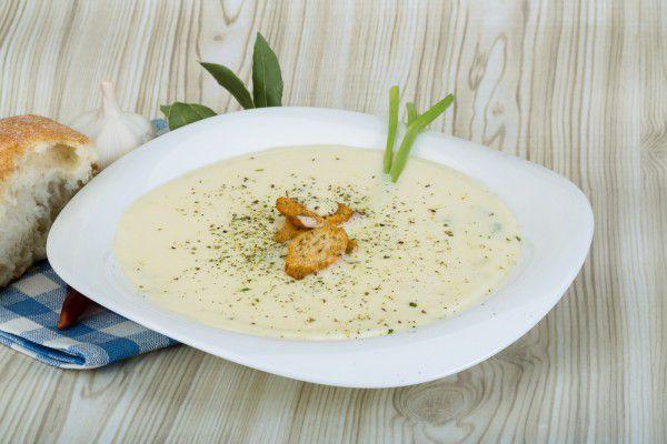 На фото Суп-пюре из цветной капусты с овощами и сыром