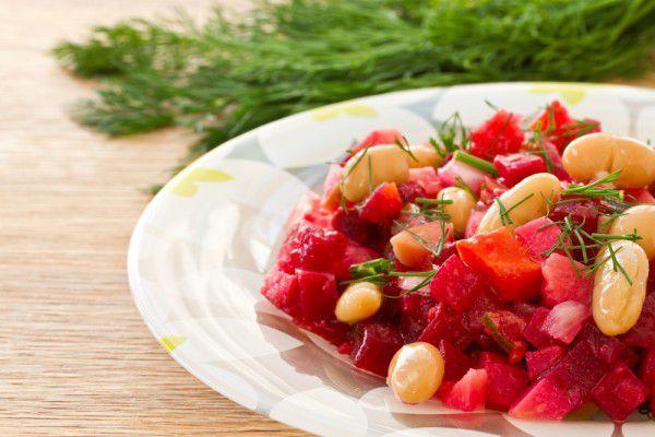 На фото Салат из свеклы с фасолью и яблоками