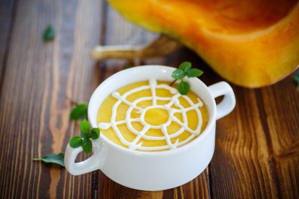 На фото Тыквенный суп Паутинка