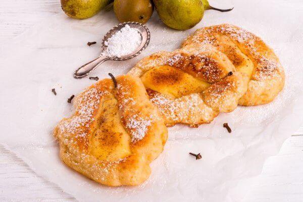 На фото Яблочные оладьи с грушевым припеком
