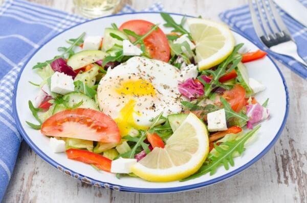На фото Овощной салат с яйцом-пашот