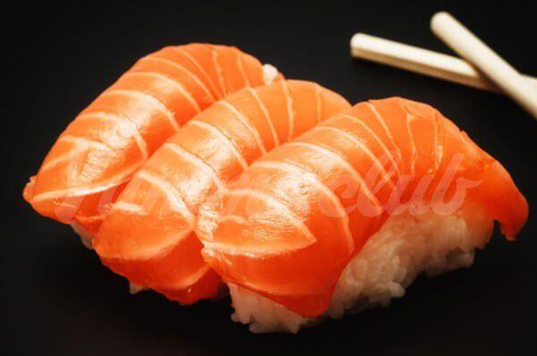 На фото Нигири-суши с лососем