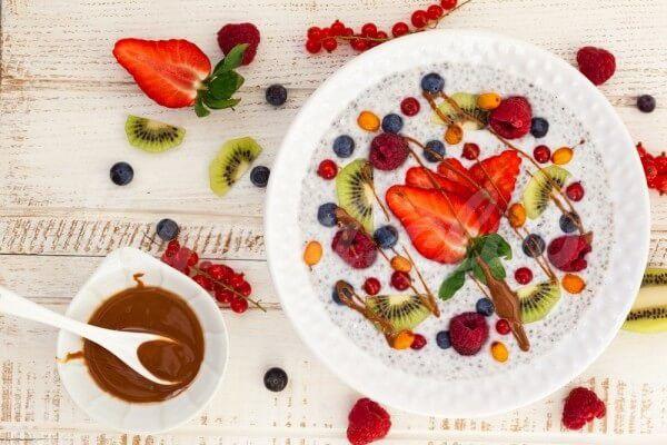 На фото Каша с фруктами и семенами чиа