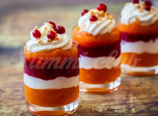 На фото Слоеный десерт парфе