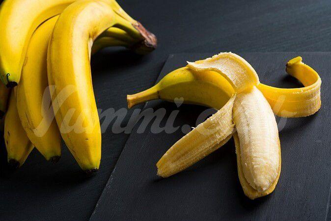 На фото Как использовать банановую кожуру?