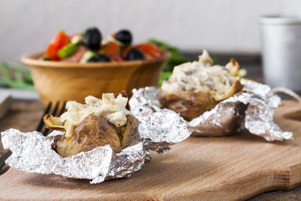 На фото Печеная картошка с грибами и сыром