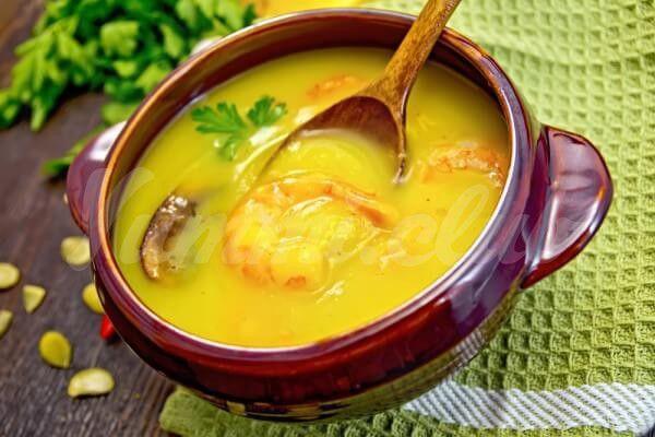 На фото Тыквенный крем-суп с креветками