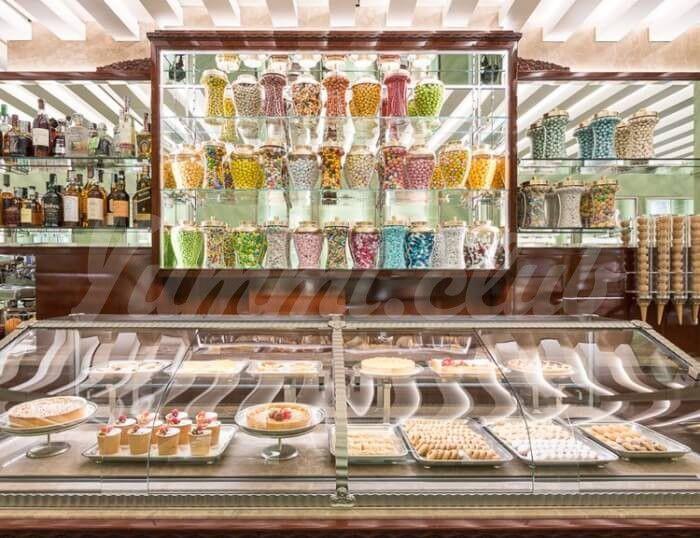 На фото Модный дом Prada открыл магазин сладостей в Милане