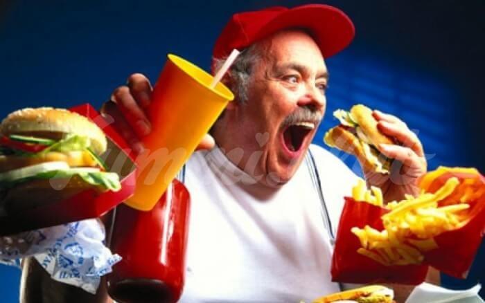 На фото Нездоровое питание уменьшает мозг