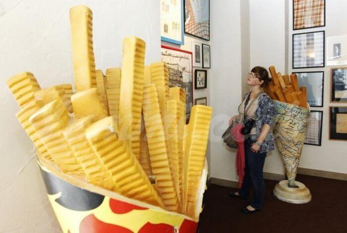 На фото Музей картофеля фри в старинном особняке города Брюгге