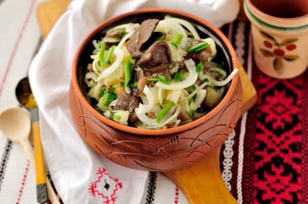На фото Картофельный салат с маринованными грибами