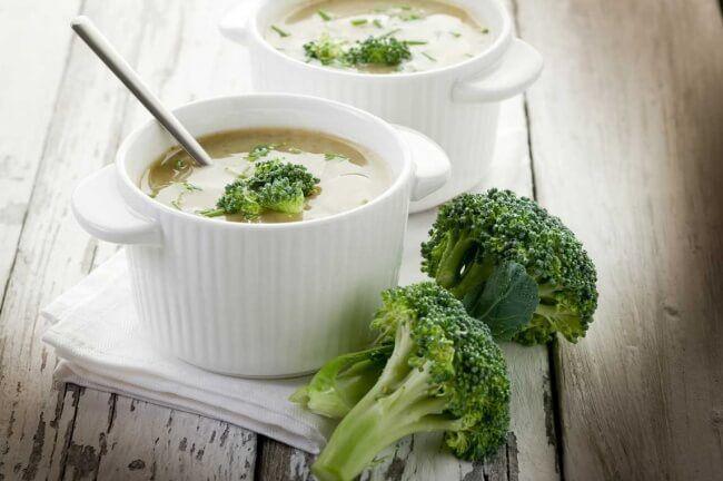 На фото Суп из брокколи с рисом