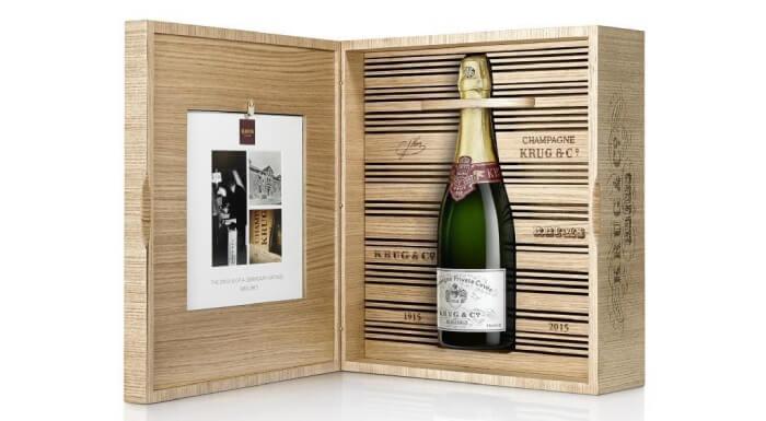 На фото 100-летняя бутылка шампанского была продана на аукционе за 116375$